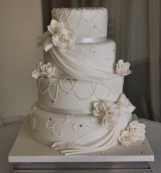 Romantische Weisse Hochzeitstorte Mit Schleier Wedding Deluxe Ihr