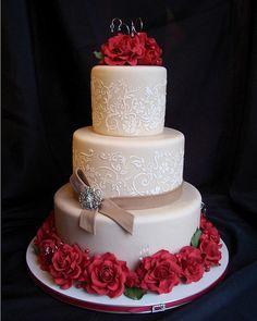 Romantische Hochzeitstorte mit roten Rosen